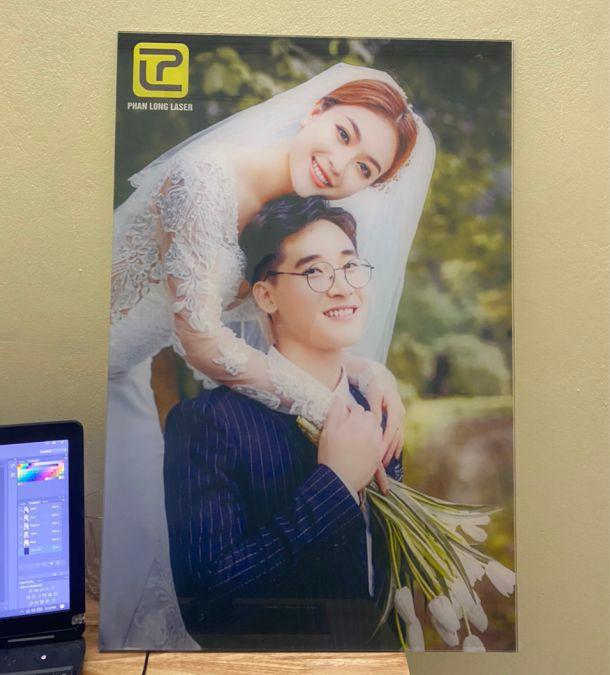 Xem hình ảnh In ảnh cưới, ảnh chân dung lên tấm kính thủy tinh bằng phương pháp in laser uv tại xưởng Phan Long Laser Hà Nội