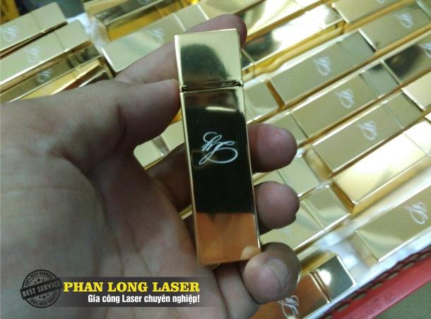 Khắc laser theo yêu cầu lên vỏ thỏi son môi giá rẻ